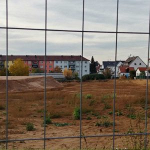 Blick durch den Bauzaun auf den Fuchshof