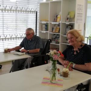 Das Foto zeigt das Café L'ink in Grünbühl-Sonnenberg. Am Tisch sitzten sind zwei Senioren, die sich Kaffee und Kuchen schmecken lassen.