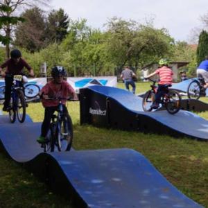 Das Bild zeigt eine kleine BMX Bahn für Kinder und Jugendliche in Poppenweiler.