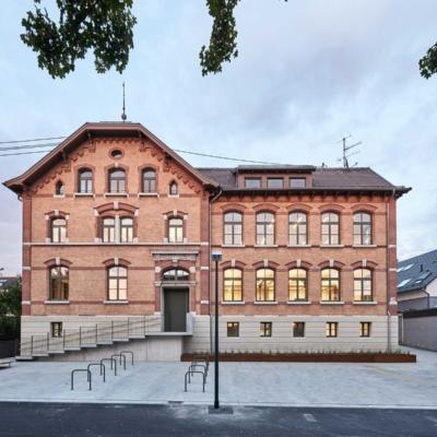 Das Bild zeigt eine Frontansicht auf das Gebäude des Kinder- und Familienzentrum in Neckarweihingen.