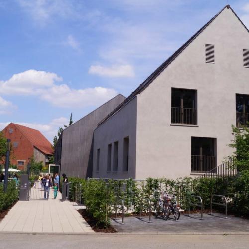 Das Foto zeigt den Eingang des Kinder- und Familienzentrum in Poppenweiler .