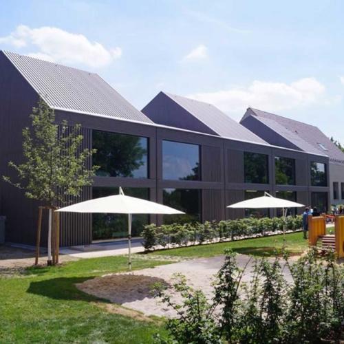 Das Foto zeigt die Frontansicht auf das Kinder- und Familienzentrum in Poppenweiler.