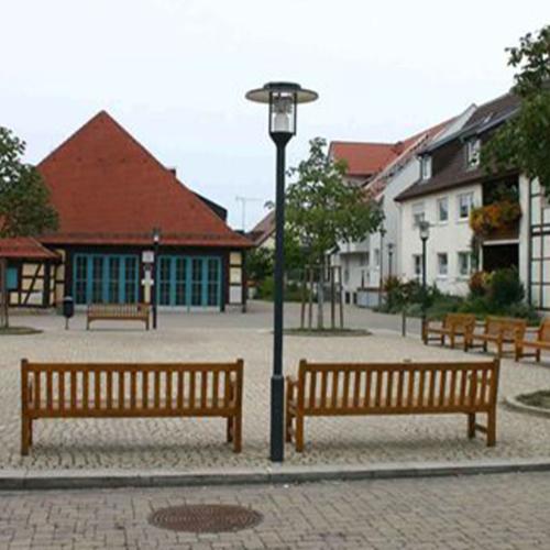 Das Foto zeigt den Kelterplatz in Eglosheim. Um den Platz stehen einige Holzbänke und Bäume sind gepflanzt.