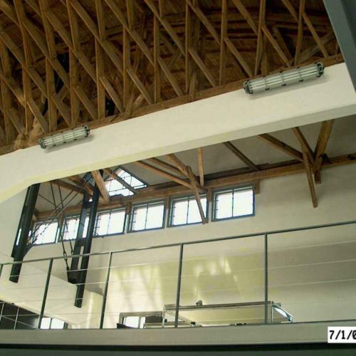 Es ist ein Detailfoto vom Dach der Zollinger Halle zu sehen. Das Dach ist aus einer speziellen Holzkonstruktion gabaut.