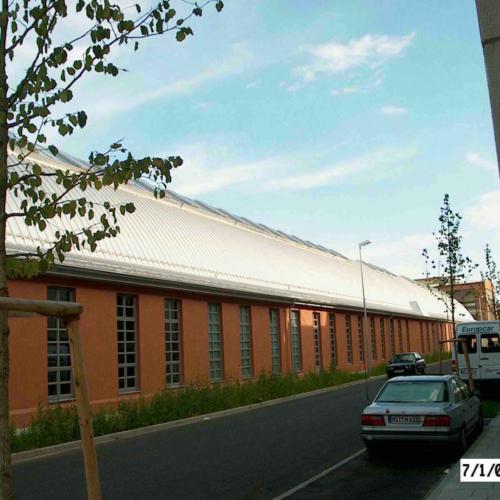 Das Foto zeigt die Außenansicht auf die Zollinger Halle.