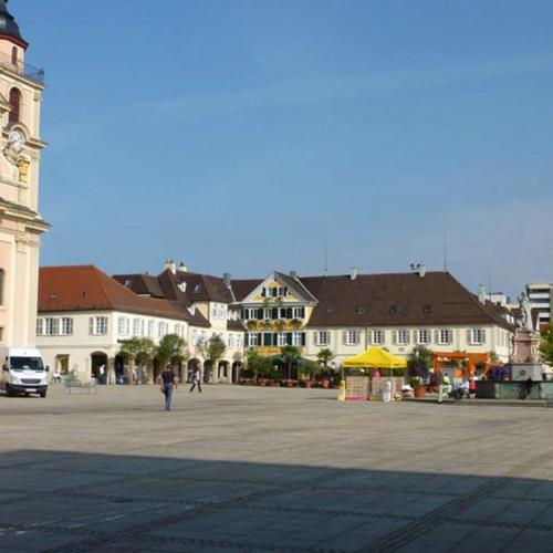 Das Foto zeigt den heutigen Marktplatz nach dem Umbau. Aus dem Parkplatz ist einer freier Platz geworden.