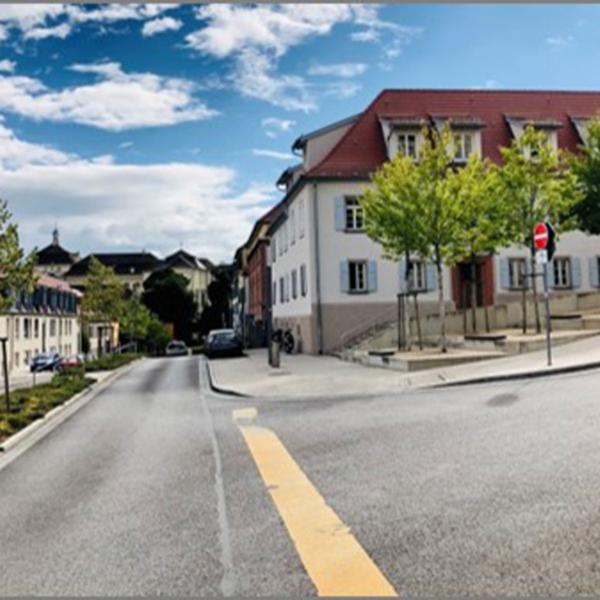 Das Foto zeigt die Charlottenstraße nach der Sanierung. Die erstrahlt durch neue Häuseranstriche und einen kleinen bepflanzeten Mittelstreifen.