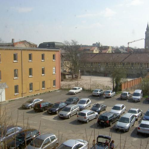 Das Foto zeigt ebenfalls den früheren Akademiehof von einer anderen Seite. Dort war ein Parkplatz.