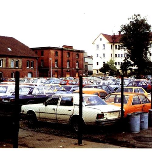 Das Foto zeigt die ehemalige Mathildenstraße mit Blick auf den Parkplatz.