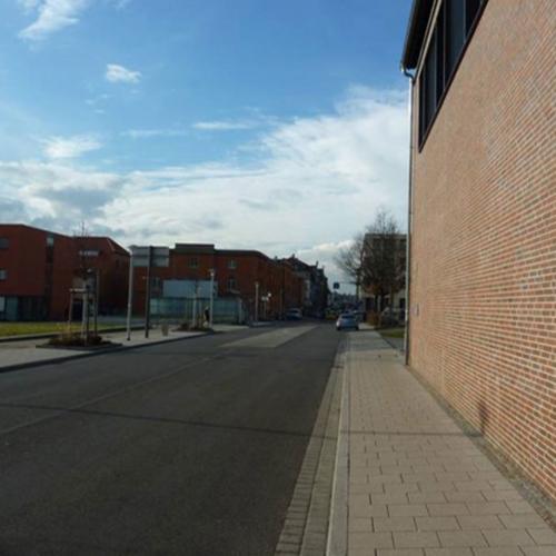 Das Foto zeigt die Mathildenstraße nach dem Umbau. Ein breiter Fußweg schließt an die Grünfläche an.