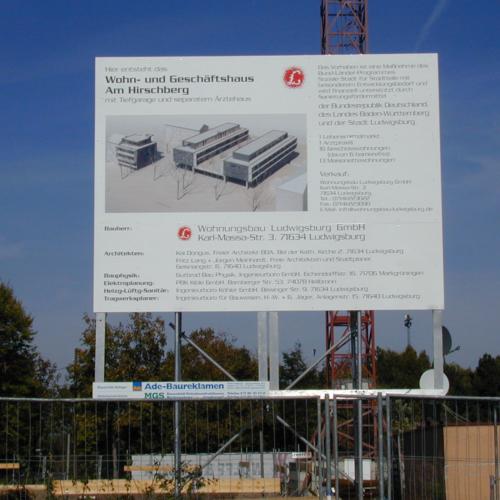 Das Foto zeigt das Bauschild für das Wohn- und Geschäfthaus am Hirschberg.
