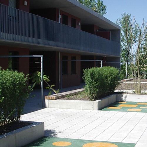 Ein weiteres Foto, dass den Blick auf die Terrassen zeigt. Beete und teilweise bunten Fließen auf dem Boden sind zu sehen.